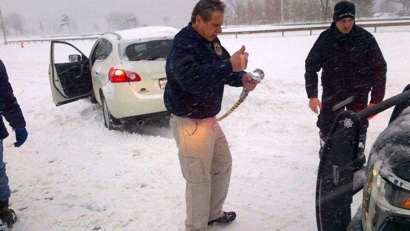 Губернатор Нью-Йорка помогает спасать