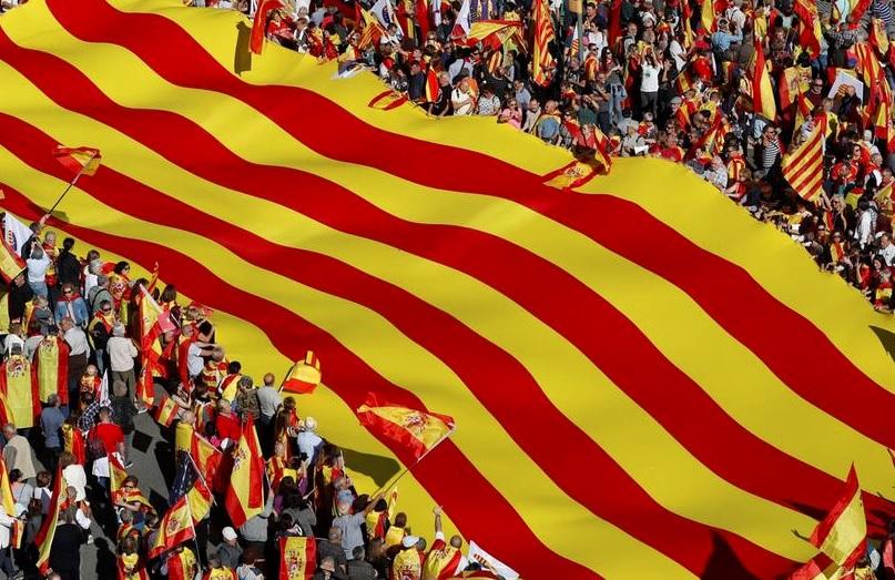 Сотни тысяч человек вышли в Барселоне на марш за единство Испании